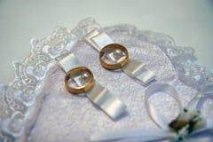 Anéis de ouro para o casamento Imagem de Stock Royalty Free