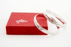 Anéis de prata na caixa de presente Fotos de Stock