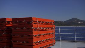 Anéis de vida em um navio perto de uma ilha em um dia ensolarado filme