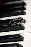 Anéis do piano e de casamento Fotos de Stock
