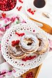 Anéis do sopro de creme decorados com o corinto vermelho fresco fotografia de stock