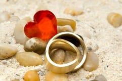 Anéis e coração Foto de Stock Royalty Free