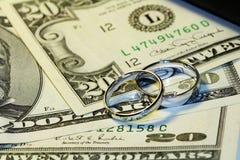 Anéis e dinheiro Imagens de Stock