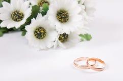 Anéis e flores de casamento Foto de Stock Royalty Free
