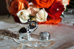 Anéis e flores de casamento Fotografia de Stock Royalty Free