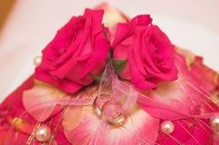Anéis e flores de casamento no foco macio Foto de Stock Royalty Free