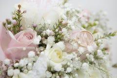 Anéis e ramalhete de casamento imagem de stock royalty free