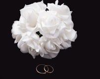 Anéis e ramalhete de casamento Fotos de Stock Royalty Free