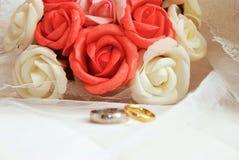 Anéis e rosas de casamento fotografia de stock royalty free