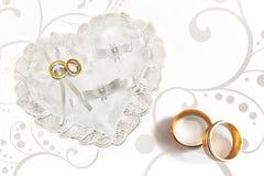 Anéis em descanso heart-shaped ilustração stock