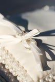 Anéis em um coxim para as alianças de casamento Foto de Stock