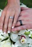 Anéis & flores de casamento Fotografia de Stock Royalty Free
