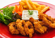 Anéis fritados do calamar com batatas fritas Imagens de Stock