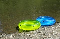 Anéis infláveis pelo rio imagem de stock