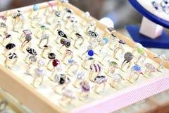 Anéis na loja do juwelery fotografia de stock royalty free