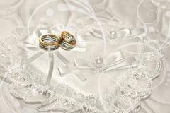 Anéis no laço, descanso heart-shaped imagem de stock