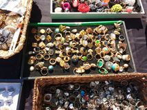 Anéis para a venda em uma rua justa, joia, Rutherford, NJ, EUA Imagem de Stock