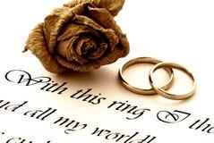 Anéis, rosa e voto de casamento Fotos de Stock Royalty Free