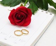 Anéis vermelhos de Rosa & de casamento Imagens de Stock Royalty Free