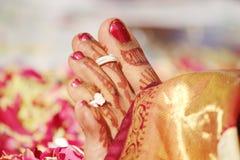 Anéis vestindo da noiva no dia da união Fotografia de Stock Royalty Free