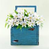 Anémonas de madera en una cesta de madera azul Fotografía de archivo libre de regalías