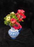 Anémonas en florero azul Foto de archivo libre de regalías