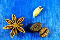 Anís de estrella con los granos de café y kardamon en fondo de madera Imagenes de archivo