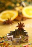 Anís de estrella en el cortador de la galleta del árbol de navidad Imagen de archivo