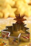 Anís de estrella en el cortador de la galleta del árbol de navidad Imagen de archivo libre de regalías