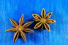 Anís de estrella en fondo de madera Fotos de archivo