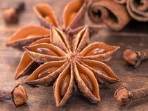 Anís de estrella en fondo de madera Imagen de archivo libre de regalías