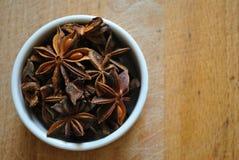 Anís de estrella en un tazón de fuente blanco Fotografía de archivo libre de regalías