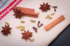 Anís de estrella de la especia del surtido, palillos de canela, semilla del cardamon y clavos Fotografía de archivo libre de regalías