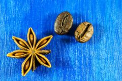 Anís de estrella y granos de café en fondo de madera Fotos de archivo libres de regalías