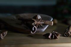 Anís de estrella y otros ingredientes en una cuchara de madera Imagenes de archivo