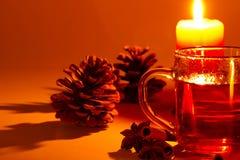 Anís del cono de la conífera del cinamomo del té en la luz de una vela Imagenes de archivo