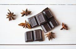 Anís y chocolate negro en la tabla imagen de archivo libre de regalías