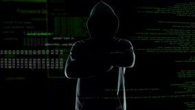 Anónimo confiado mirando sus contraseñas y cortafuegos que se agrietan del programa del pirata informático almacen de video