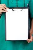 Anónimo médico con el sujetapapeles y el papel en blanco Foto de archivo libre de regalías