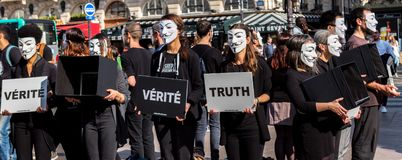 Anónimo para la protesta sorda en París imagen de archivo libre de regalías