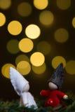 Anões do Natal dados abraços entre si Fotos de Stock