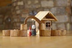 Anões na casa de madeira Fotografia de Stock Royalty Free