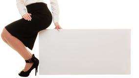 Anúncio Bandeira vazia do espaço da cópia e pés fêmeas Imagens de Stock