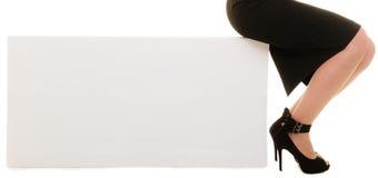 Anúncio Bandeira vazia do espaço da cópia e pés fêmeas Foto de Stock