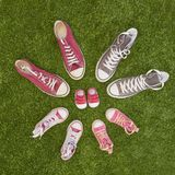 Anúncio da gravidez com sapatilhas imagem de stock royalty free
