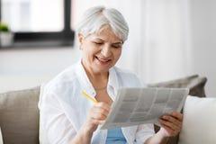 Anúncio de jornal superior da marcação da mulher em casa fotografia de stock