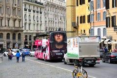 Anúncio do conto do ` s do Handmaid no ônibus de excursão em Roma fotos de stock