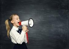 Anúncio do megafone da menina da criança, a criança da escola anuncia, quadro-negro Fotografia de Stock
