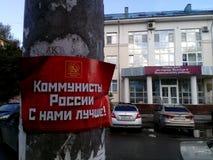 Anúncio do partido comunista em um suporte da lâmpada Fotos de Stock