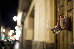 Anúncio na caixa postal da noite foto de stock